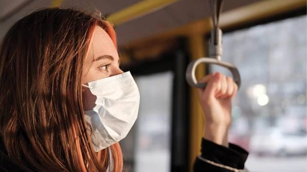 Strach z koronavirusu v hromadné dopravě.