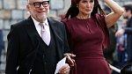 I Demi Moore přišla oslavit mladou lásku. Oblékla k této příležitosti vínové šaty s drobným detailem odhalujícím kůži.
