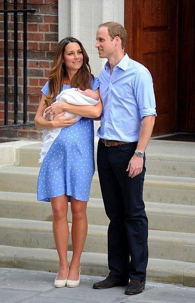 Syna George představila Kate v modrých šatech s puntíky.