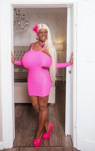 To ale byla v určité části života i s obřími vnady a vizáží Barbie.