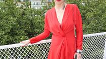 Zuzana Stivínová podtrhla svůj sexappeal zavinovacími šaty v rudé barvě.
