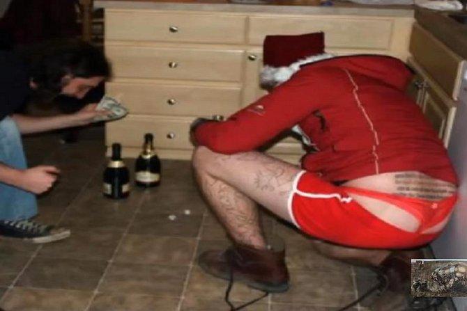 Už víme, co nosí Santa za spodní prádlo.