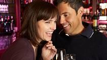 Seznámení v baru bývá rychlé, ale může přinést zklamání. Muž pod vlivem alkoholu většinou přemýšlí o něčem jiném, než o vážném vztahu.