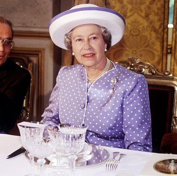 Jakmile dojí královna, mají ostatní útrum. Musí ji přece bavit.