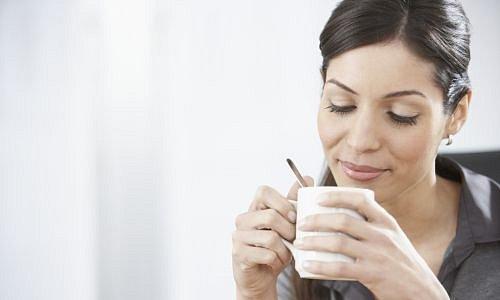Žena pijící nápoj z hrnku