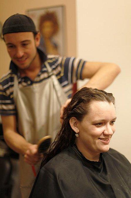 A také, na tom, že poškozené vlasy potřebují nutně zkrátit.