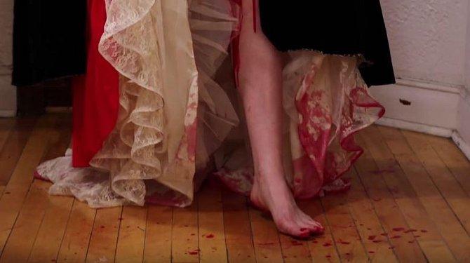 V temném středověku to došlo tak daleko, že ženy menstruaci neřešily vůbec, zkrátka krev nechaly odtéct. To je také jeden z důvodů, proč ženy nosily dlouhé sukně a používaly silné parfémy.