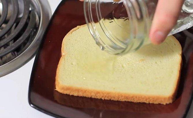 Na krajíc chleba nalijte ocet.