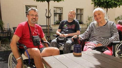 <p>Veronika, Honza a Pavel (zprava) -trojlístek, který si padl do oka. Můžou společně propovídat noc