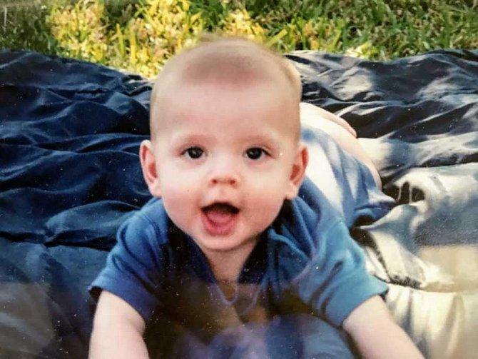 Narodil se jako zdravé miminko.