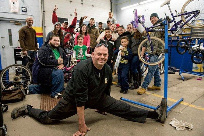 Robert Charland s několika dětmi, které obdaroval.