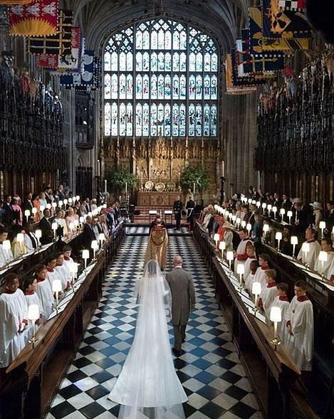 Princ Charles vede svou nastávající snachu k oltáři. Otec Meghan se nemohl svatby ze zdravotních důvodů zúčastnit.