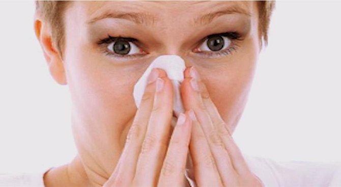 Když se ráno vzbudíte s ucpaným nosem, nabízíme vám jednoduché řešení - slanou vodu. Případně, pokud to zvládnete, můžete zkusit do nosu nasypat nebo nasát samotnou mořskou sůl, ideální ale bude, když ji do nosu vpravíte spolu s tekutinou. Je to účinné.