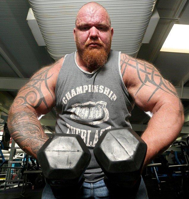 Dave Crosland, 44, drží rekord coby anglický největší biceps. Otec třech dětí jí každých 90 minut a tvrdě trénuje 6x týdně.