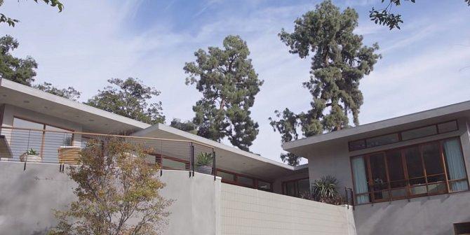 Dům se nachází v Los Angeles a poskytuje všechen komfort i soukromí.
