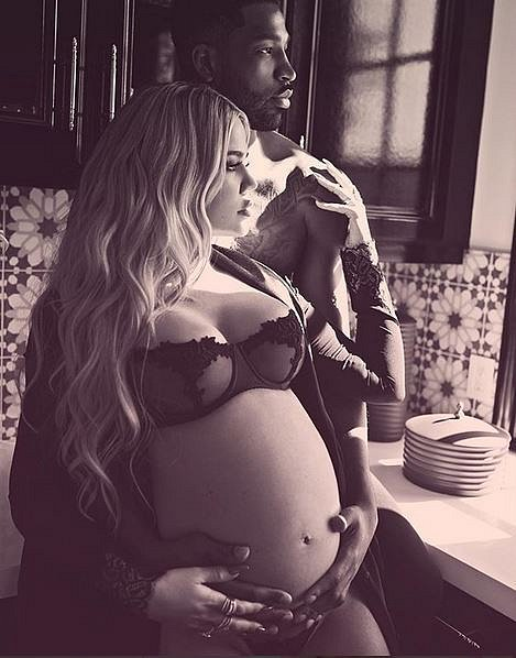 Khloe Kardashian porodila v nemocnici v Clevelandu děvčátko True. Otec dítěte, basketbalista Tristan Thompson, byl zatím v baru s neznámou brunetou, se kterou odešel na hotel.