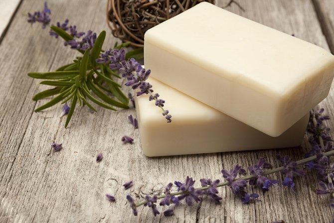 Mléko (kravské, kozí i ovčí) se používá při výrobě pečující kosmetiky.