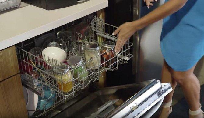Teď všechny sklenice uložte do myčky a spusťte klasický mycí program.