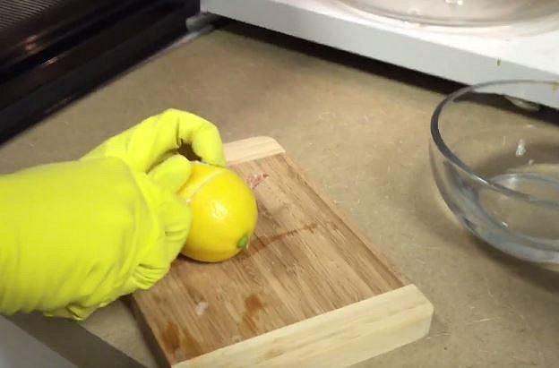 Bude stačit úplně obyčejný citrón (nebo jiný citrusový plod).