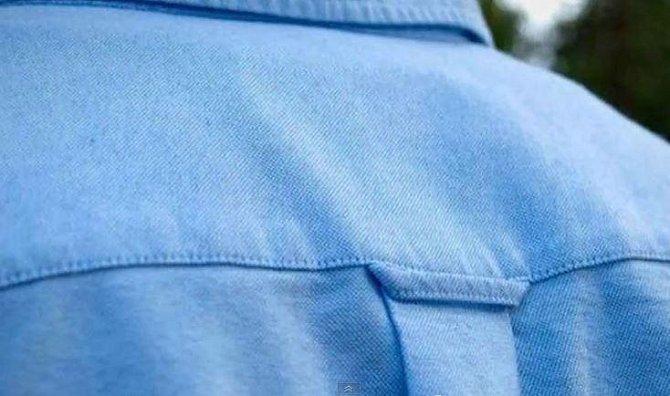 Poutko na zadní straně košile používali námořníci k pověšení své uniformy.