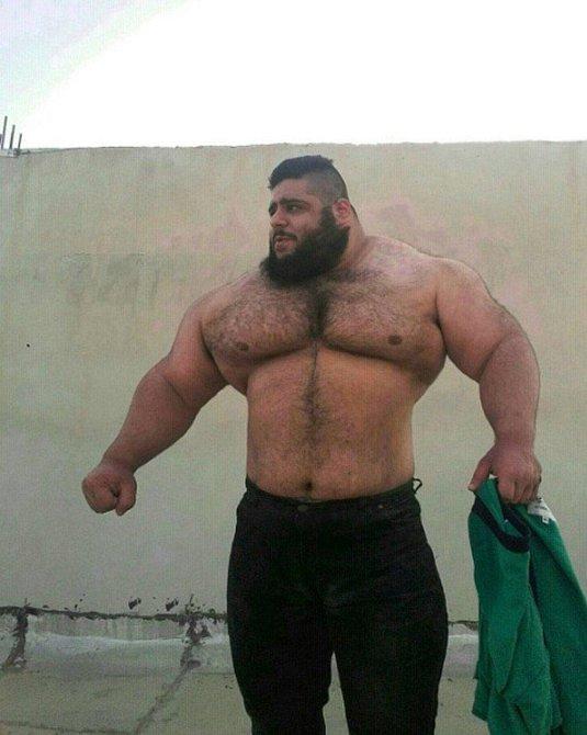 Saraj Gharibi, 24, zvedá víc, než sám váží a přezdívají mu íránský Hulk.