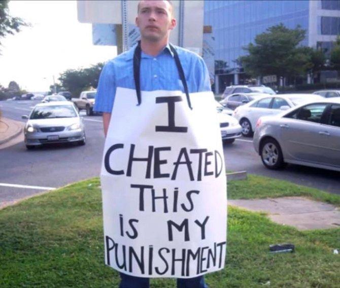 Toto je trest za nevěru. Muž musel nosit tento nápis celý den.
