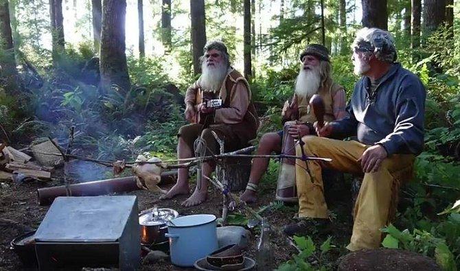 I když Mick žije hluboko v lese, není sám, často jej navštěvují podobně smýšlející přátelé.