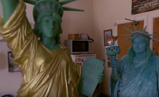 Amanda Liberty se svou neživou 'manželkou'