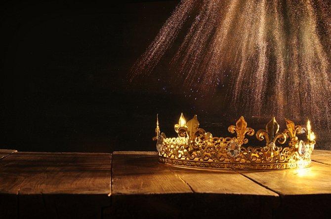 Nebeské svatby se dočká málokterý pár. Ale pokud přece, je to skutečný klenot hodný králů. Proto se 75. výročí také přezdívá svatba korunovačních klenotů.
