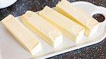 Máslo vydrží i při pokojové teplotě.