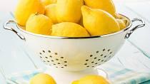 Zápach cibule, česneku a jiných potravin se jen velmi těžko odstraňuje z rukou. Vám ale bude stačit, když si ukrojíte silnější plátek citrónu a použijete jej jako mýdlo. Zápach bude po chvíli pryč.