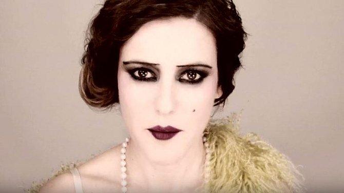 Počátky novodobého makeupu se datují od 20. let a souvisí se vznikem filmu. Ženy se chtěly líčit přesně jako jejich hrdinky. Nosily se temné oči i rty, úzké obočí, pleť byla bělostná.