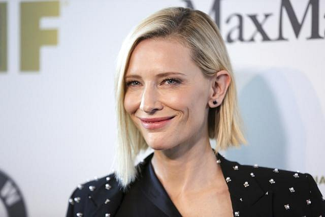 Herečka Cate Blanchett tráví celé svátky se svou rodinou ve své rodné Austrálii. Všichni společně si užívají grilovaní a speciální ovocný salát, který je doménou herečky.