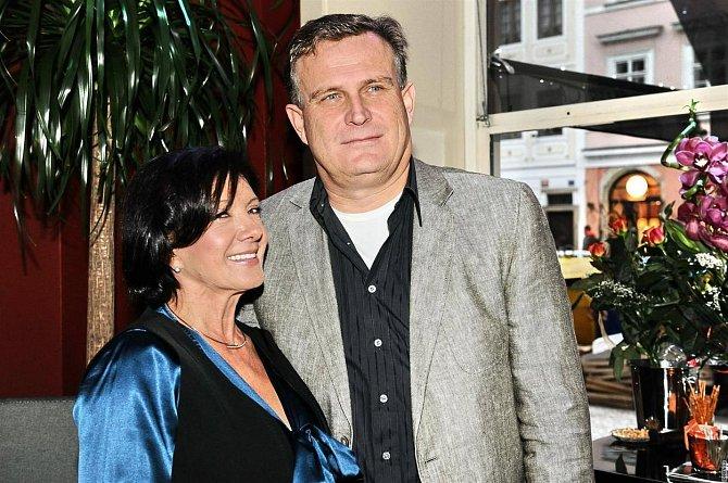 Marie Rottrová a Milan Říha - 16 let. Pan Říha údajně patřil mezi velké fanoušky zpěvačky a nevynechal jediný její koncert. Tak dlouho se o ni pokoušel, až hvězda jeho kouzlu podlehla.