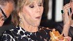 Jane Fonda je proslulá milovnice zdravého životního stylu, ale byla přistižena, jak si dopřávala na oscarové party Vanity Fair