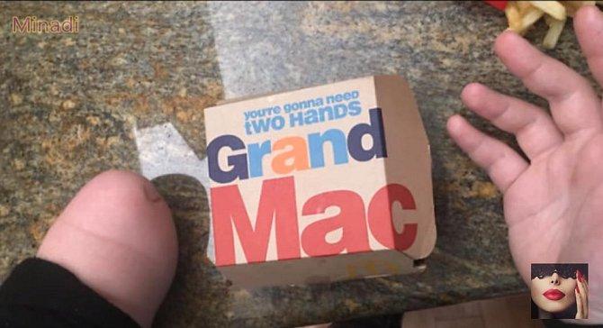 Ha, jedna ruka prý nestačí. Co si počít?
