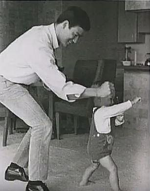 Bruce Lee se synem v roce 1966. Ani jeden už dnes nežije a oba zemřeli za podivných okolností.