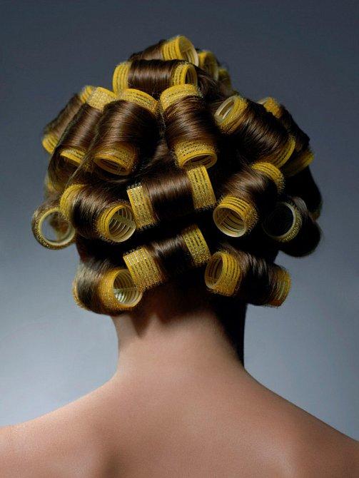 Pokud chcete vlnité vlasy, vždy na to jděte přes natáčky. Teplo ničí vlasy.