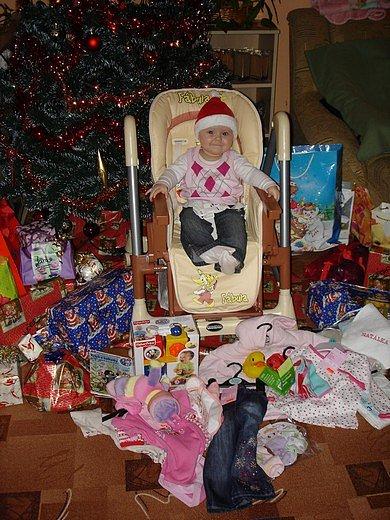 Moje první vánoce. Mám nejvíc dárečků,myslím,že můžu být spokojená...