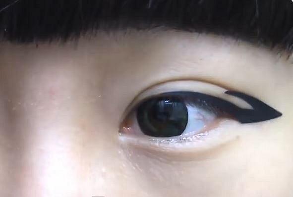 Nestíháte, nebo nejste zručná? Vyzkoušejte nalepovací oční linky.