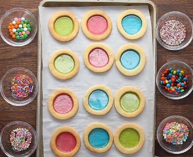 Po vychladnutí cukroví si připravte drobné bonbonky nebo zdobení, které chcete mít uvnitř.
