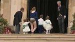 Chůva královských dětiček to odnesla a zvedly se jí šaty téměř nad hlavu.