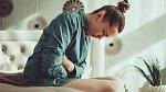 Jak bojovat s menstruačními bolestmi, když se nechcete ládovat prášky?