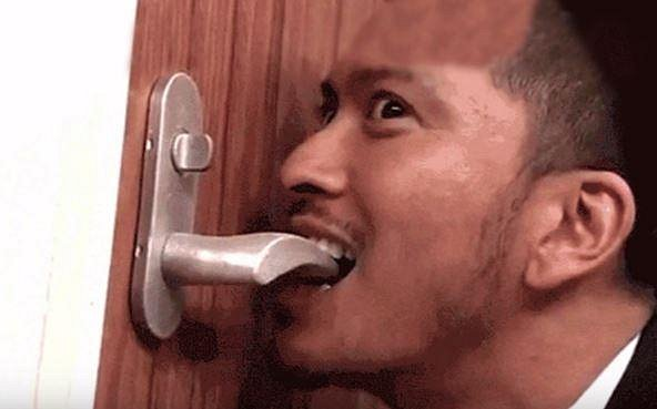 Soutěžící musí zuby zkoušet vše, co se jim postaví do cesty.