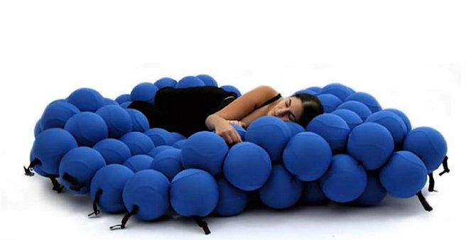 Postel vhodná pro kreativní lenošení...