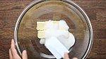 Máslo utřete s 80g cukru krystal.