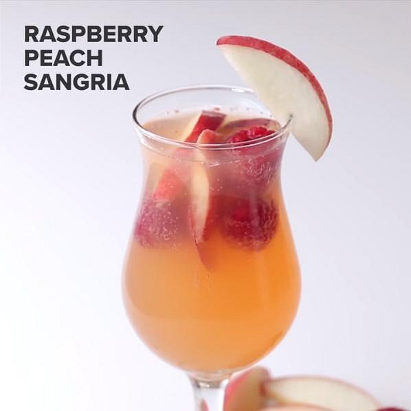 Sangria blanco s malinami a broskvemi - Co budete potřebovat: 3 hrnky bílých broskví, 2 hrnky malin, 1 lahev sektu rosé, 1 hrnek bílého rumu, 4 hrnky broskového nektaru a 1 hrnek šampaňského. Smíchejte všechny ingredience kromě šampaňsk...