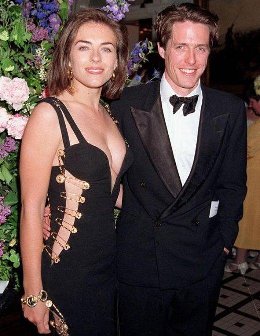 Elizabeth s Huhgem Grantem v modelu, který ji katapultoval do čela zájmu celého světa.