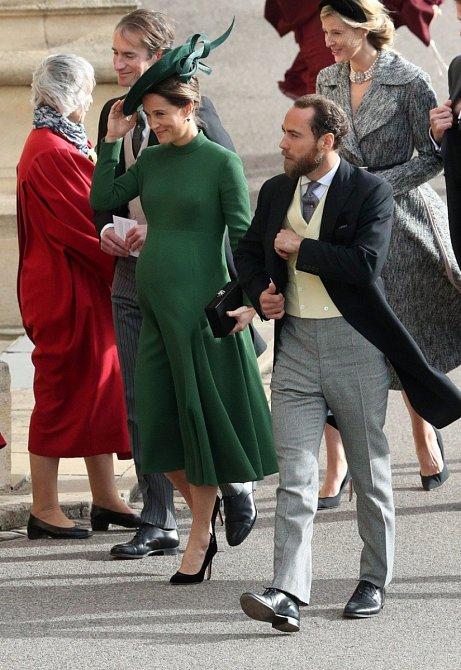 Těhotná Pippa Middleton si oblékla tmavě zelené šaty ke krku s dlouhým rukávem, ve kterých vypadala spíše usedle.