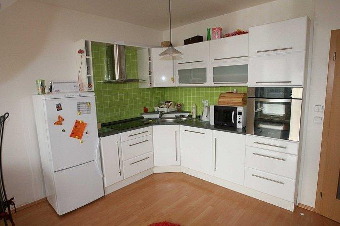 Kateřina vaří v této moderní kuchyni.